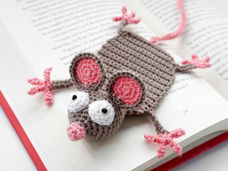 free mouse smashed in book crochet bookmark pattern
