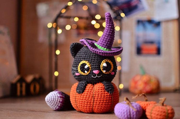 crochet cat with pumpkin
