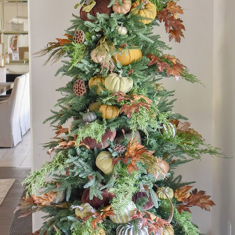 simple thanksgiving tree with pumpkins