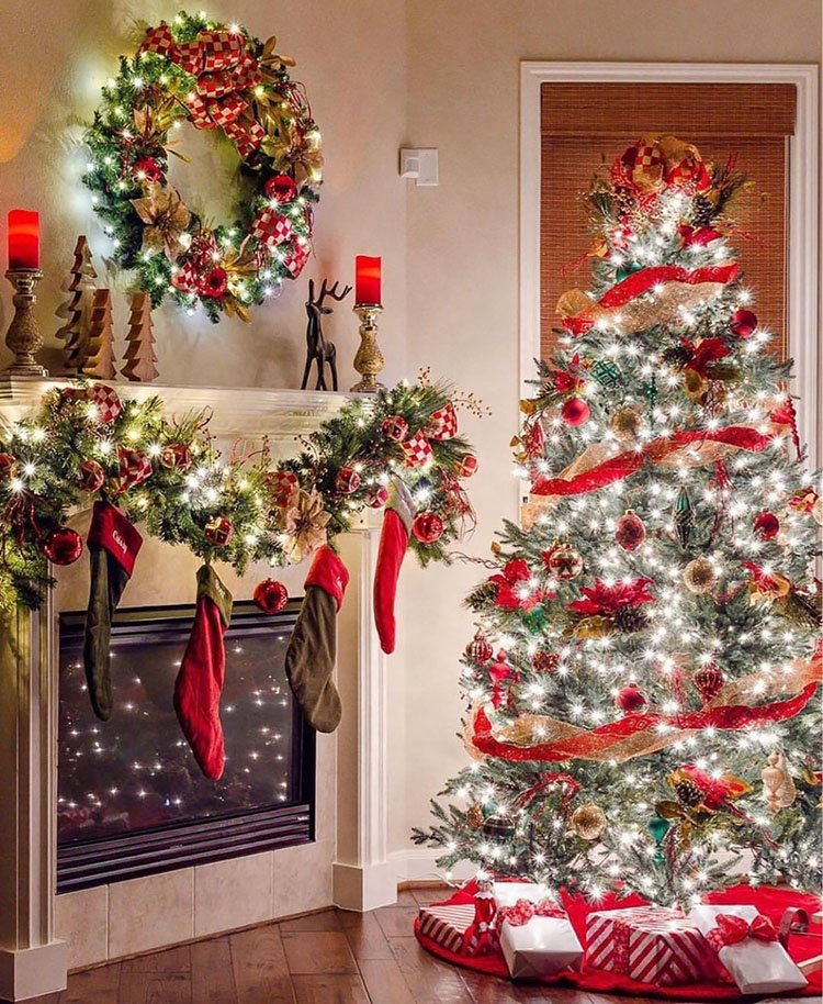 CHRISTMAS TREE WITH WREATH AND GARLAND