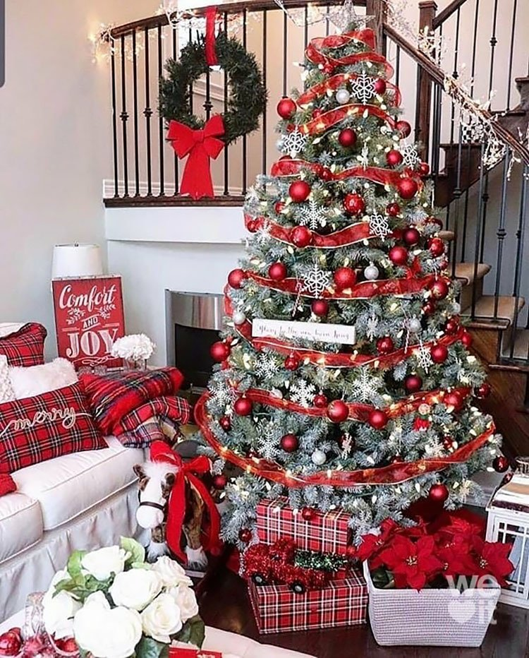 CHRISTMAS TREE WITH RED GARLAND