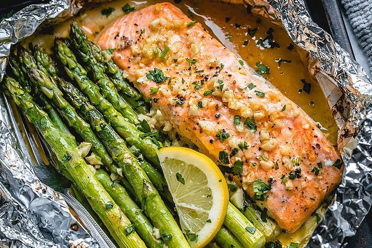 BAKED SALMON IN FOIL WITH ASPARAGUS AND GARLIC LEMON BUTTER SAUCE