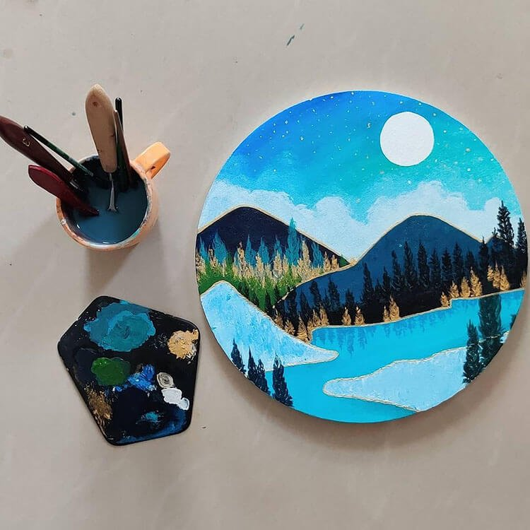 CIRCLE CANVAS OF BLUE MOUNTAINS AND TREES WITH WATER