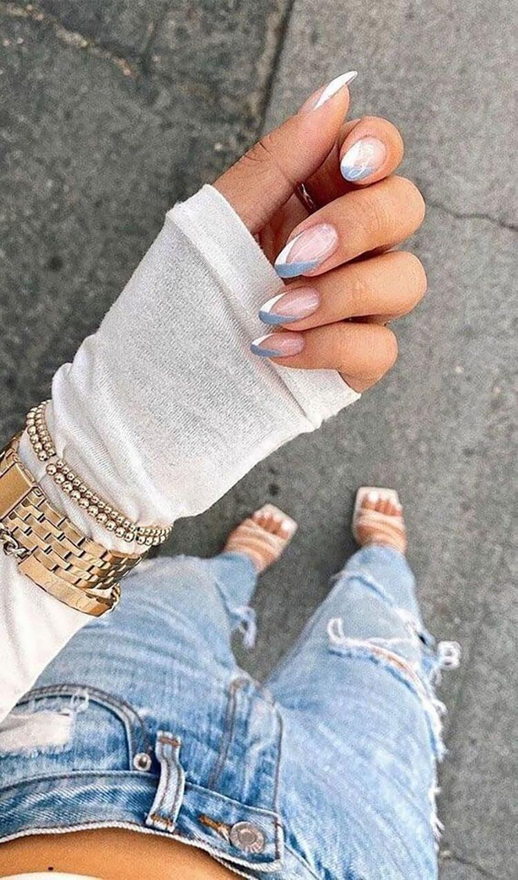 uñas azules y blancas