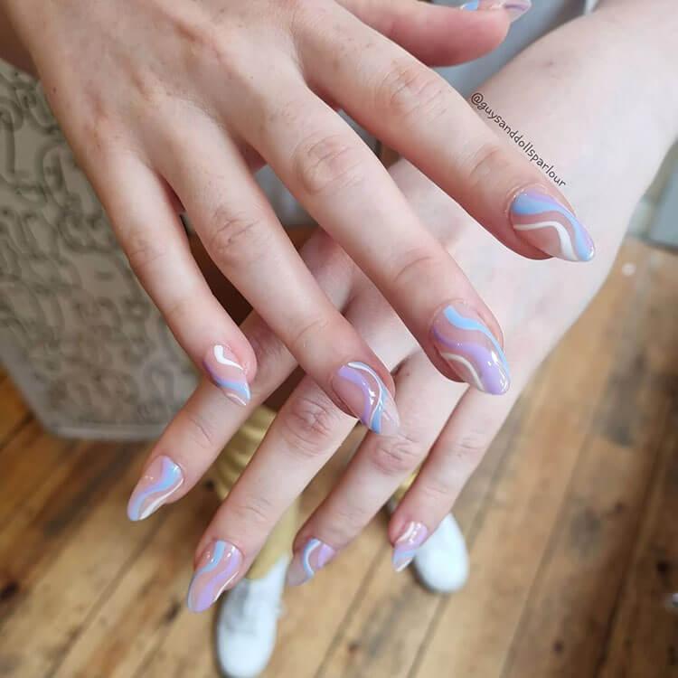 uñas moradas y azules